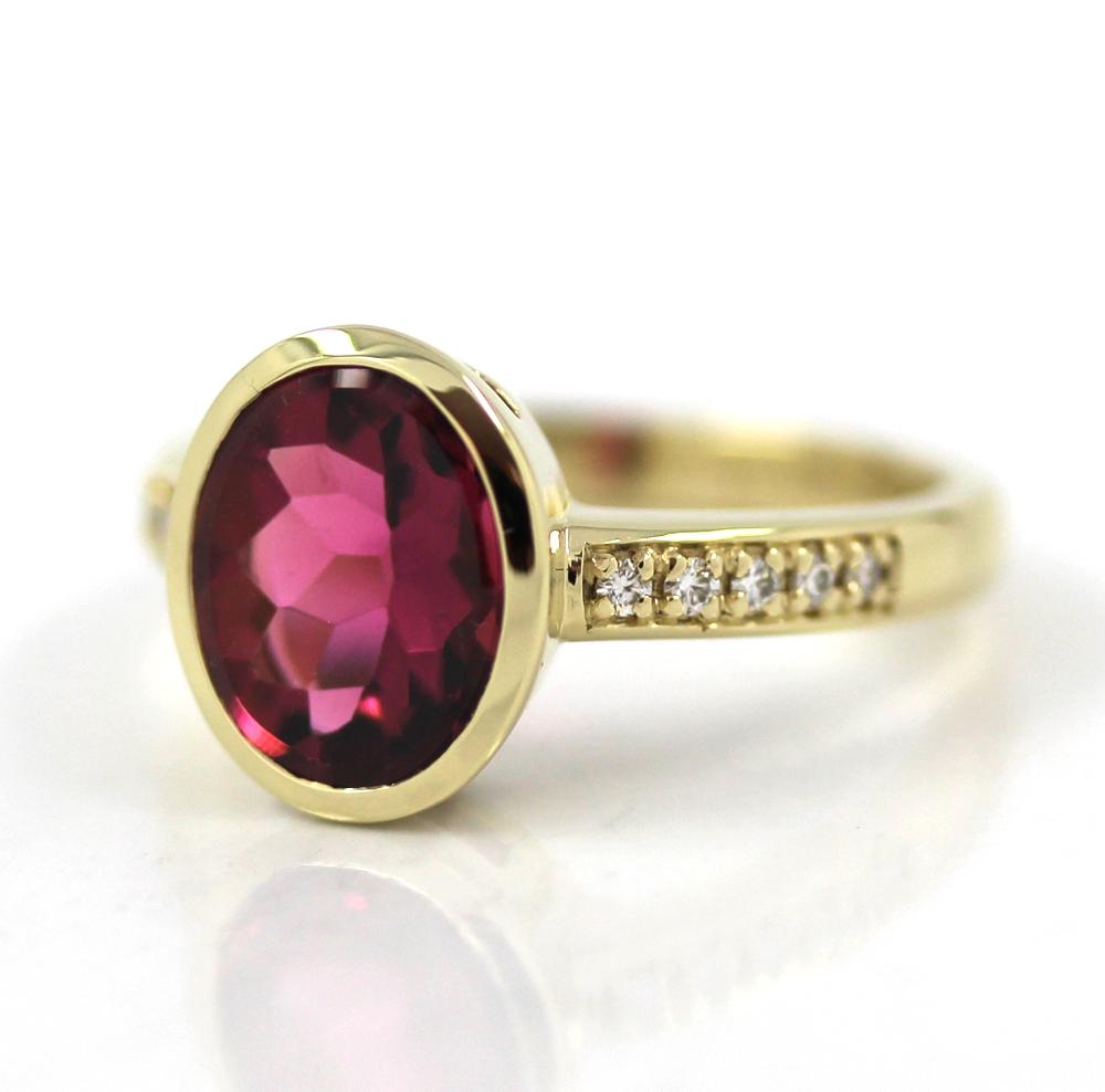 Siegelring-Anfertigung in Gold mit rosa Turmalin und Brillanten