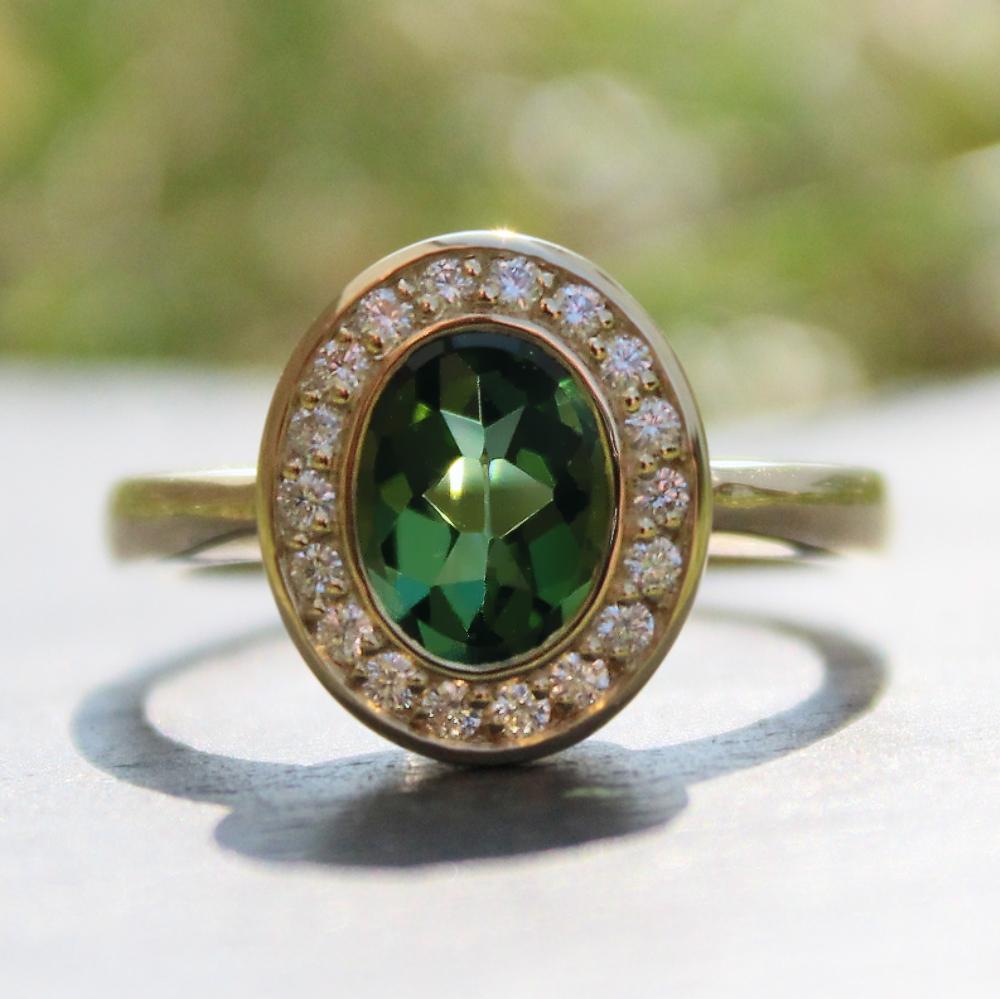Siegelring-Anfertigung in Gold mit grünem Turmalin und Brillanten